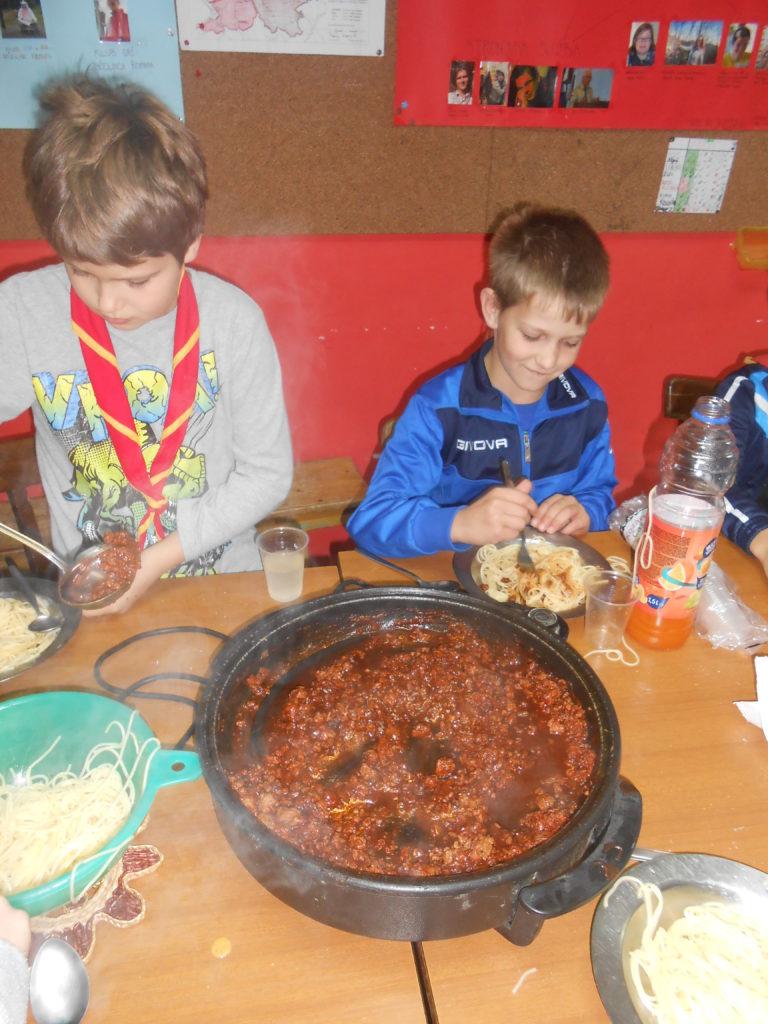 Janez in Jaka, čiščenje taborniške in kuhanje